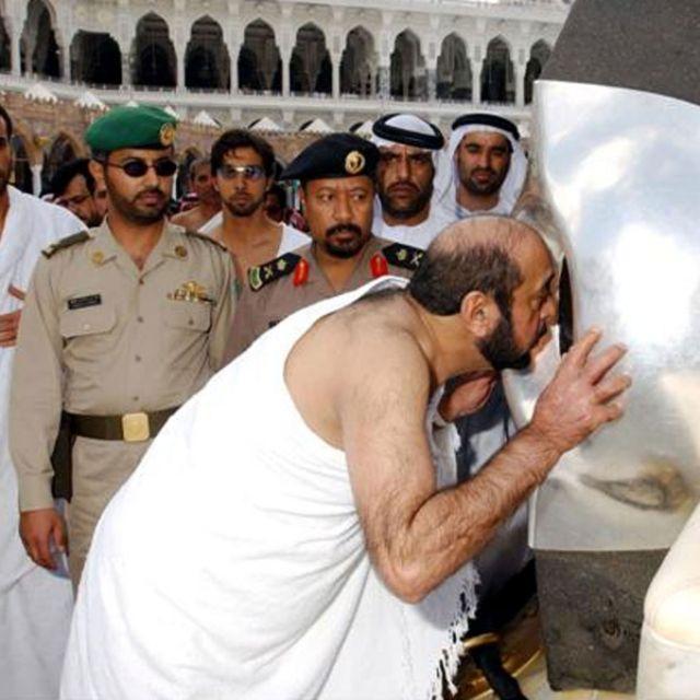 الشيخ خليفة بن زايد في العمرة سنة 2004