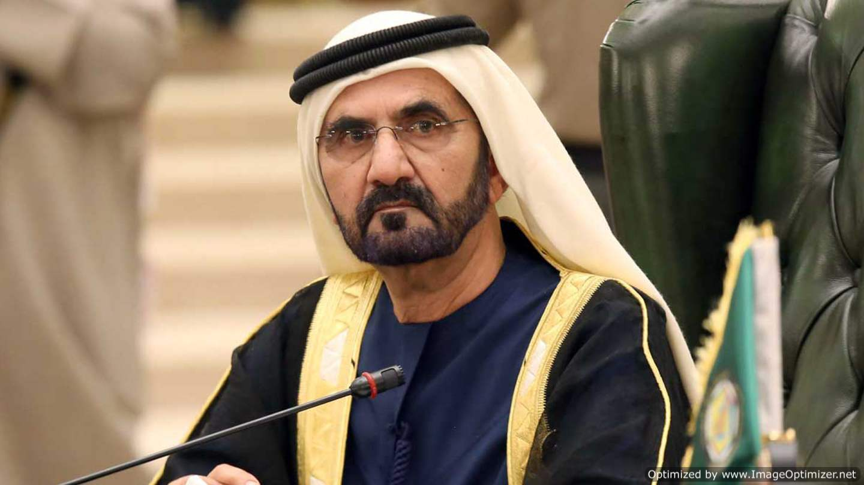 لحظة تعثر حاكم دبي محمد بن راشد على سلم الطائرة في عمان .. بالفيديو